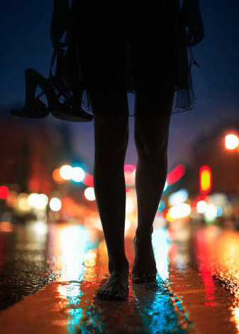 city,moment,night,perspective,shoes,barefoot-ee197a8bb502d997c957f4552b3d1e26_h